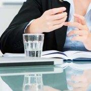 Preisverhandlung - die Rabatfalle: Frauen und Männer am Tisch