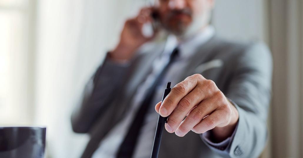 Kaltakquise Leitfaden im B2B - Vertriebsmitarbeiter telefoniert